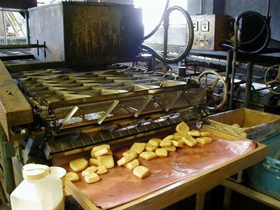Kanai Tofu Factoryで油揚げを製造しているところ