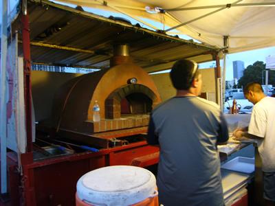 石釜をワゴンに積んだ本格的なピザ
