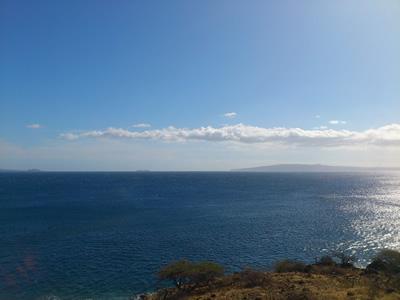 カホラヴェ島と左にはモロキニ島