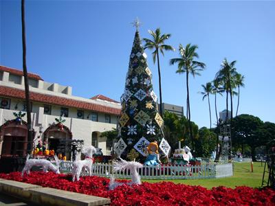 市庁舎の巨大クリスマス・ツリー