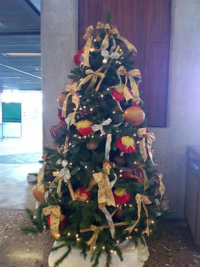 空港出発ロビーのハワイアンクリスマスツリー
