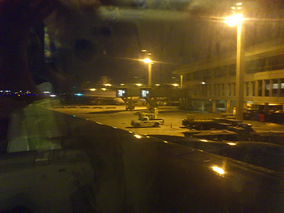 早朝のホノルル空港、UAの機内から