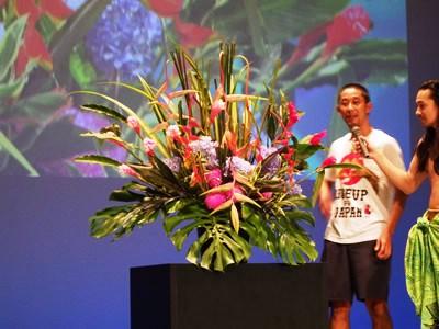佐野さんによる生花のパフォーマンス