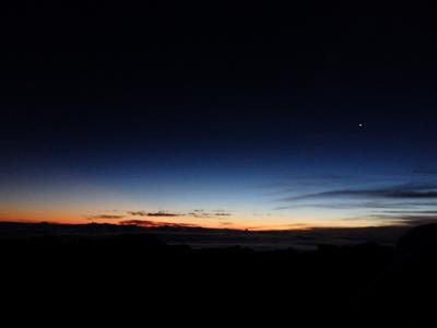 ハレアカラ山頂に到着。地平線がうっすら明るい