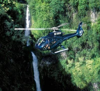 渓谷をヘリコプターで