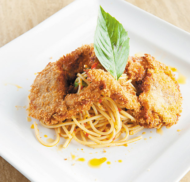 Soft Shell Crab Spaghetti, Dining Out Hawaii photo:Nathalie Walker