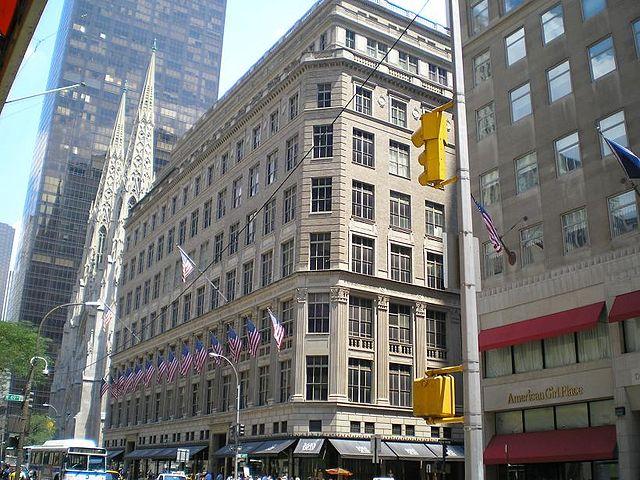 ニューヨーク5番街のSaks Fifth Avenue, (C)David Shankbone (CC BY-SA 2.5)