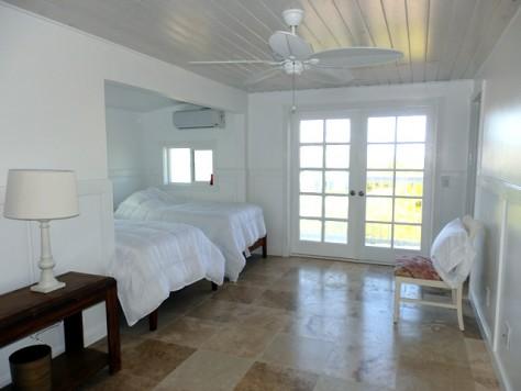 白が基調の清潔な部屋